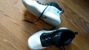 Under Armour Boys Basketball Shoes size 8.5 in Naperville, Illinois