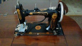 Antique 1925 Singer sewing machine and Cabinet in Batavia, Illinois