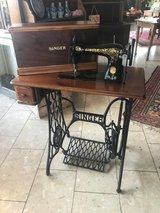 antique Singer sewing machine with case in walnut wood fully functional in Stuttgart, GE