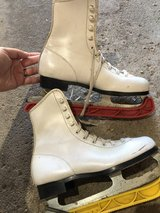 Girls size 2 youth ice skates in Naperville, Illinois