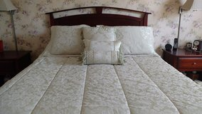 Queen Damask comforter set in Yorkville, Illinois