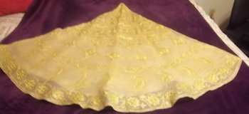 "Round gold table cloth 70""  with six (6) napkins in Alamogordo, New Mexico"