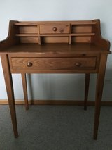 Pine Desk in St. Charles, Illinois