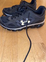 Like New Under Armour Black size 6Y in Joliet, Illinois