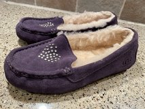 UGG slippers size 4 in Glendale Heights, Illinois