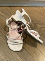 """Girls Shoes White Sandals 1"""" Heel Size 2 in Glendale Heights, Illinois"""