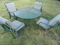 Table, 4' round, vintage, metal, and 4 aluminum chairs, patio outdoor - in Camp Pendleton, California
