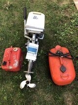 EVINRUDE 8 HP BOAT MOTOR WITH 2 TANKS AND SERVICE MANUAL 1 OWNER CLEAN CONDITION NOT BEAT UP in Chicago, Illinois