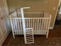 DaVinci Jenny Lind 3-in-1 Convertible Crib in White. Crib, Toddler Bed Conversion and Mattress in Glendale Heights, Illinois