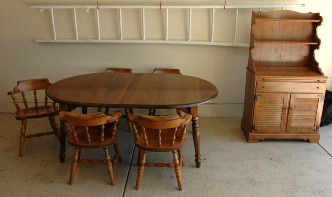 BEAUTIFUL COLONIAL MAPLE DINING ROOM SET And HUTCH In Naperville